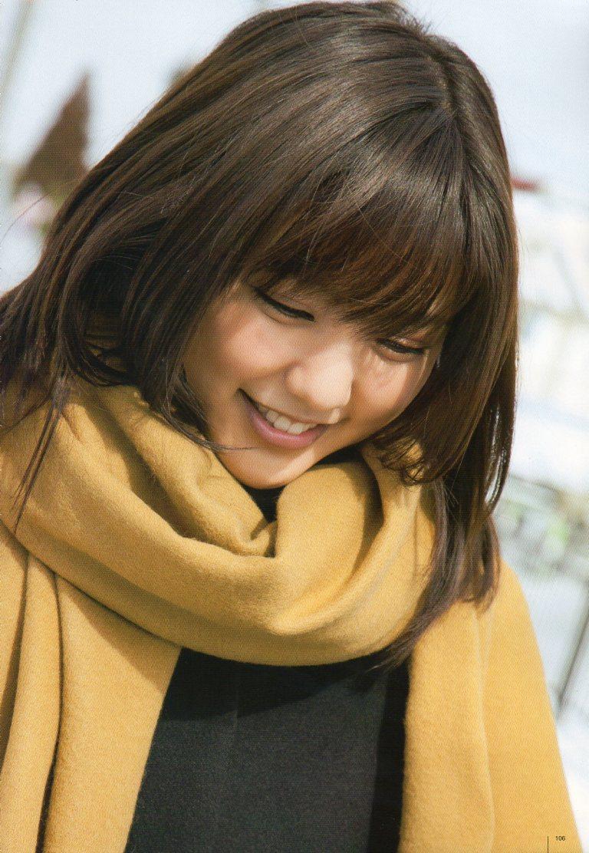 真野恵里菜 うつむいて微笑